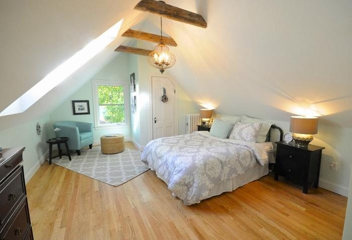 tapis blanc et gris motifs géométriques chambre sous comble déco blanc et bois commode noire fauteuil bleu pastel