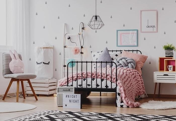tapisserie chambre ado motifs gouttes gris clair cadre de lit fer plaid grosse maille rose pastel tapis scandinave