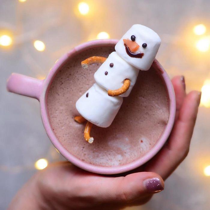 tasse de cacao au lait hauf avec decoration bonhomme de neige en guimaube bretzels et chocolat