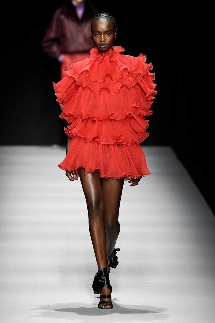 tendance hiver 2021 alberta ferretti un defile en robe courte rouge plissee et des sandales a talon noirs