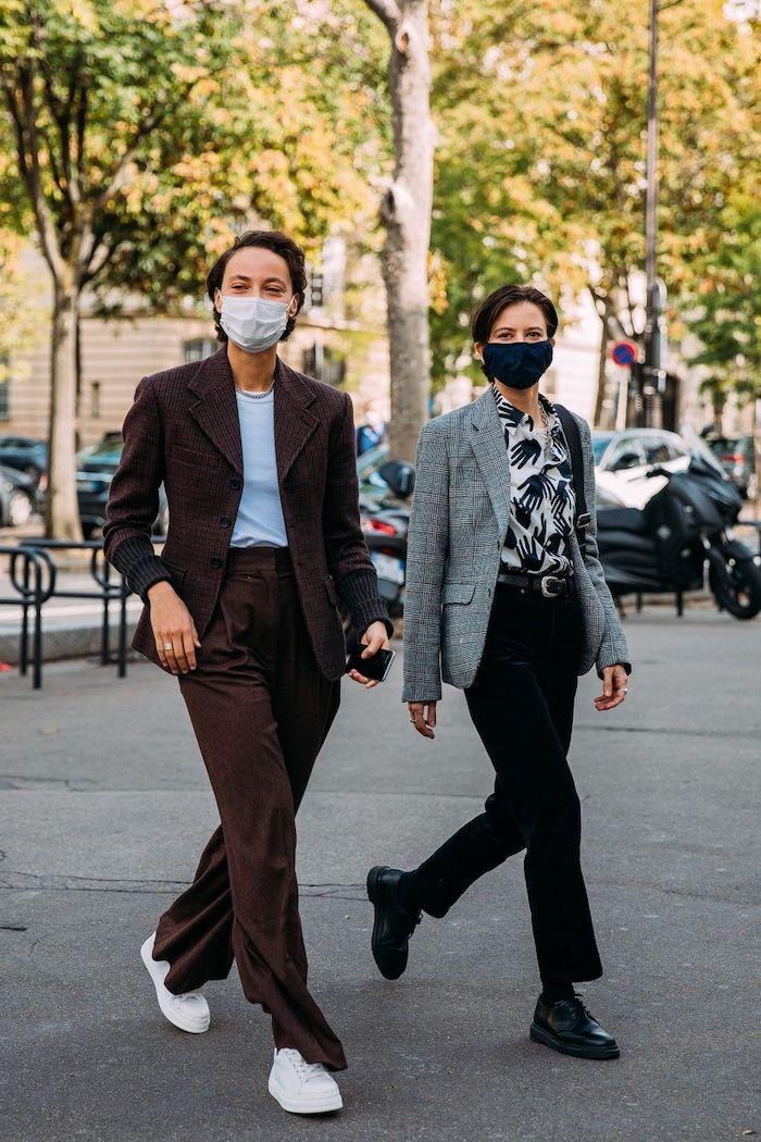 tendance hiver 2021 deux personnes avec masques pendant la semaine de la mode tailleur marron et baskets blancs