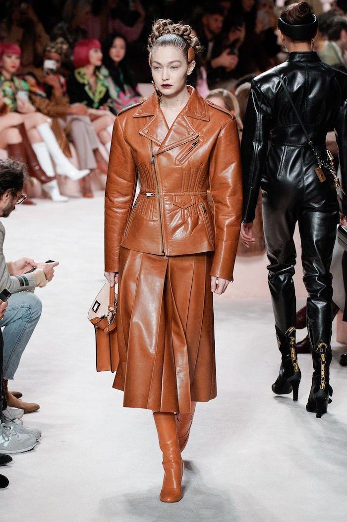 tendance hiver 2021 gigi hadid vetue tout en cuir jupe et veste marrons