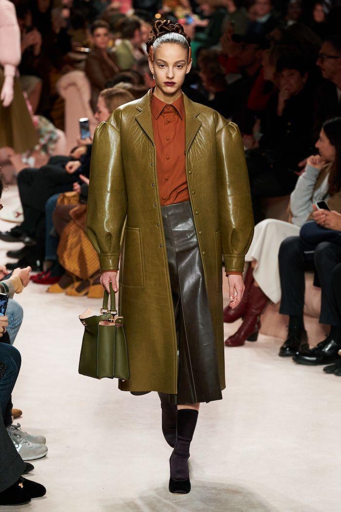 tendance hiver 2021 manteau et jupe en cuir couleur olive avec un chemisier couleur tuile