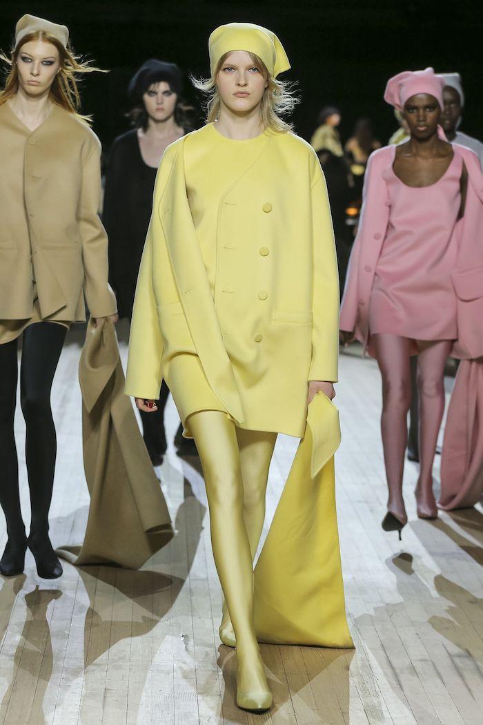 tendance hiver 2021 une ensemble monochrome jaune de robe beret chaussettes et sac tricotes