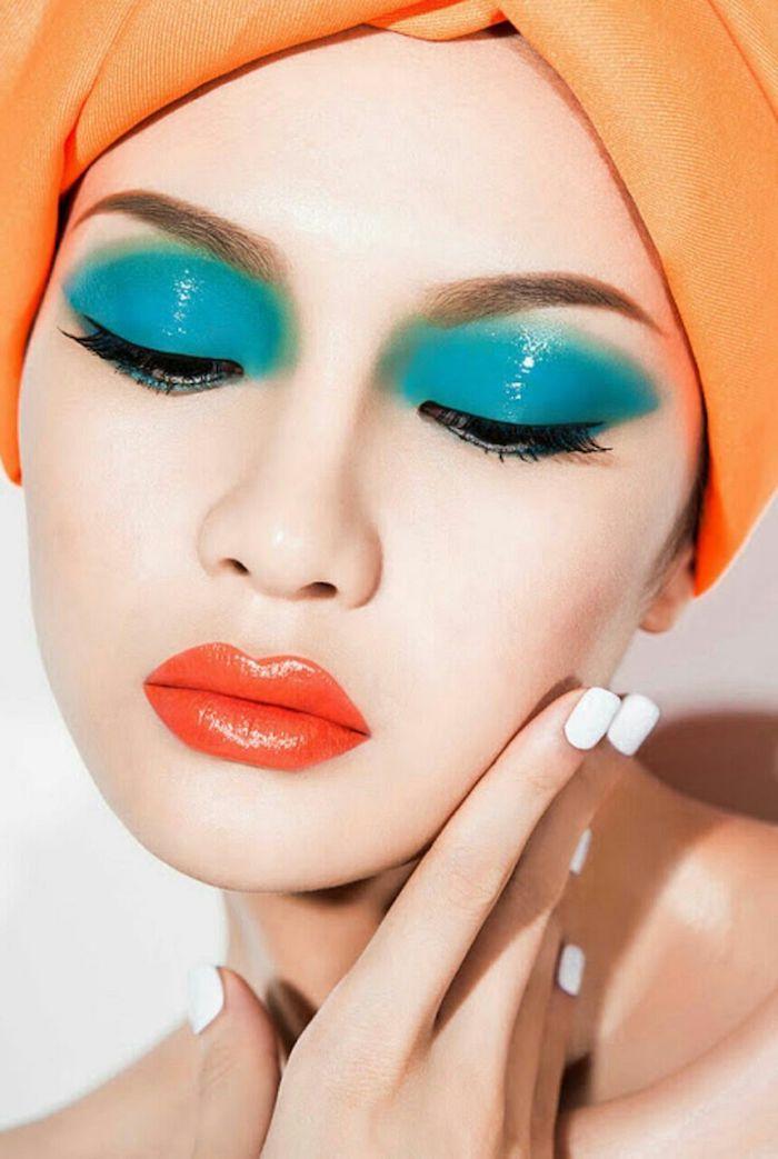 tendance pour les fards a paupieres pendant les années 80 un couelur bleu vif et un vernis a ongles blanc bandeau orange sur tet