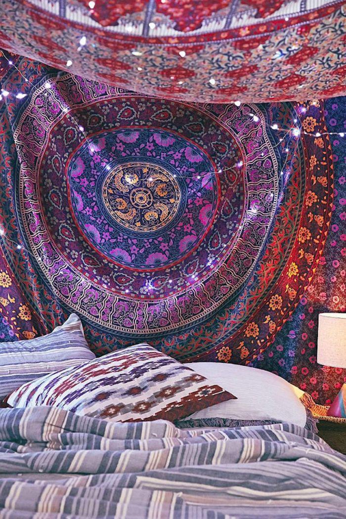 tenture murale avec un dessin mandala pendante au dessus du lit