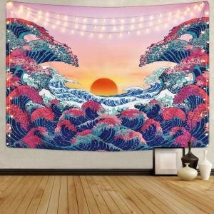 tenture murale dans la salle de sejour orne de lampes et vases de decoration