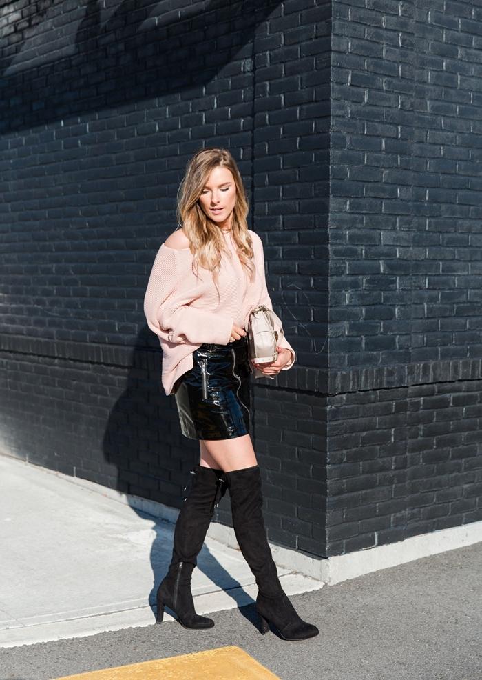 tenue automne femme en mini jupe et bottes noires comment porter jupe courte et pull oversize couleur rose nude