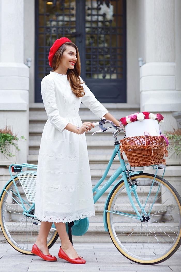 tenue avec beret femme larisacostea robe printemps blanche manches longue broderie florale chaussures plates rouges