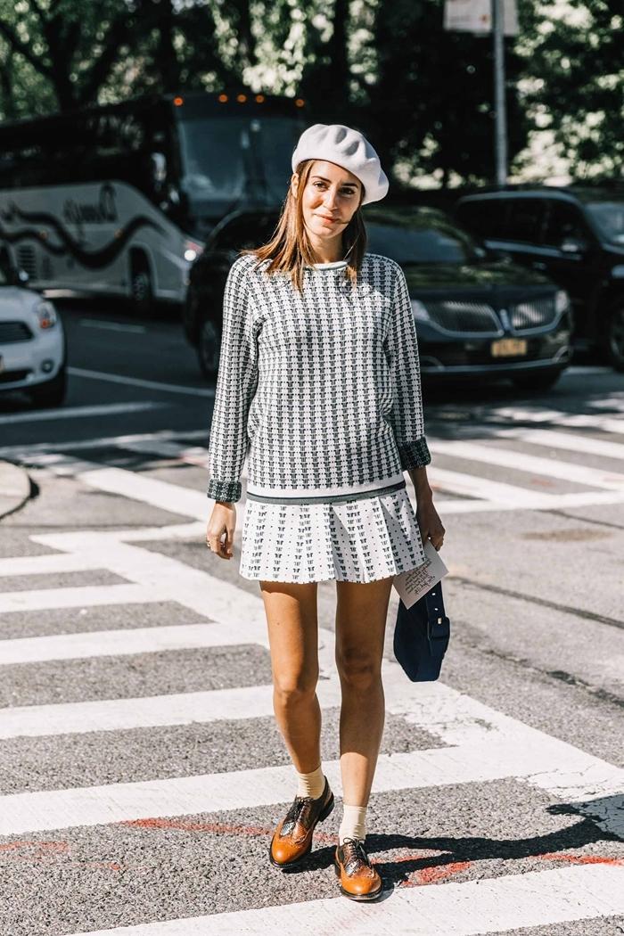 tenue avec beret femme printemps mode jupe courte blanche pull blanc motifs pieds de poule béret sur le côté
