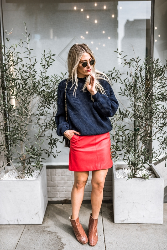 tenue avec jupe en cuir hiver couleur rouge blouse oversize noire bottines cuir marron lunettes soleil sac bandoulière noir