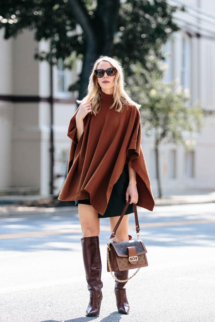 tenue avec jupe en cuir hiver poncho marron vernis ongles noir bottes cuir marron cuissardes sac à main marron