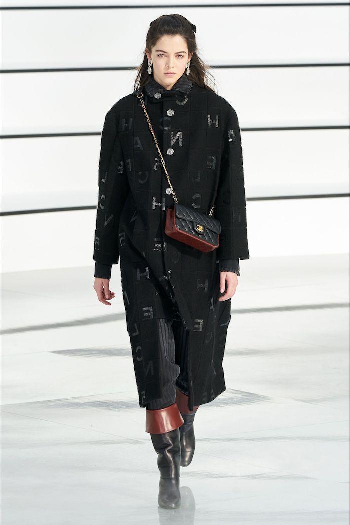 tenue casual chic manteau surdimensionne noir avec des bottes en cuir et un sac en badelier