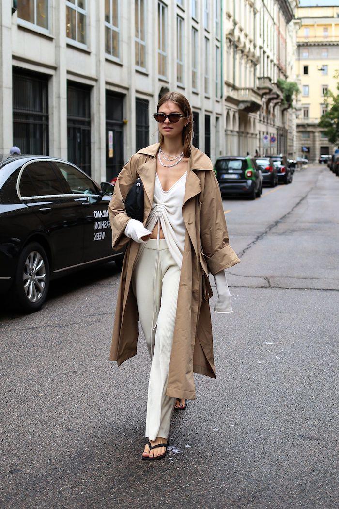 tenue casual chic top et pantalon blancs avec un manteau beige surdimensionne streetstyle semaine de la mode