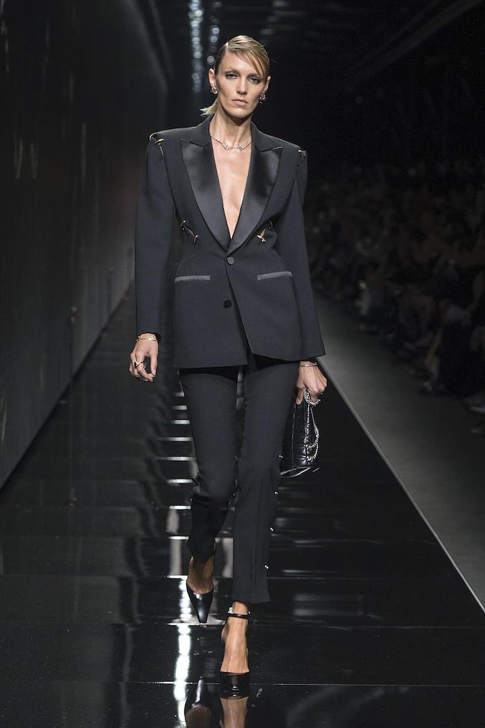 tenue chic femme en tailleur noir avec une decolte style officiel par versace