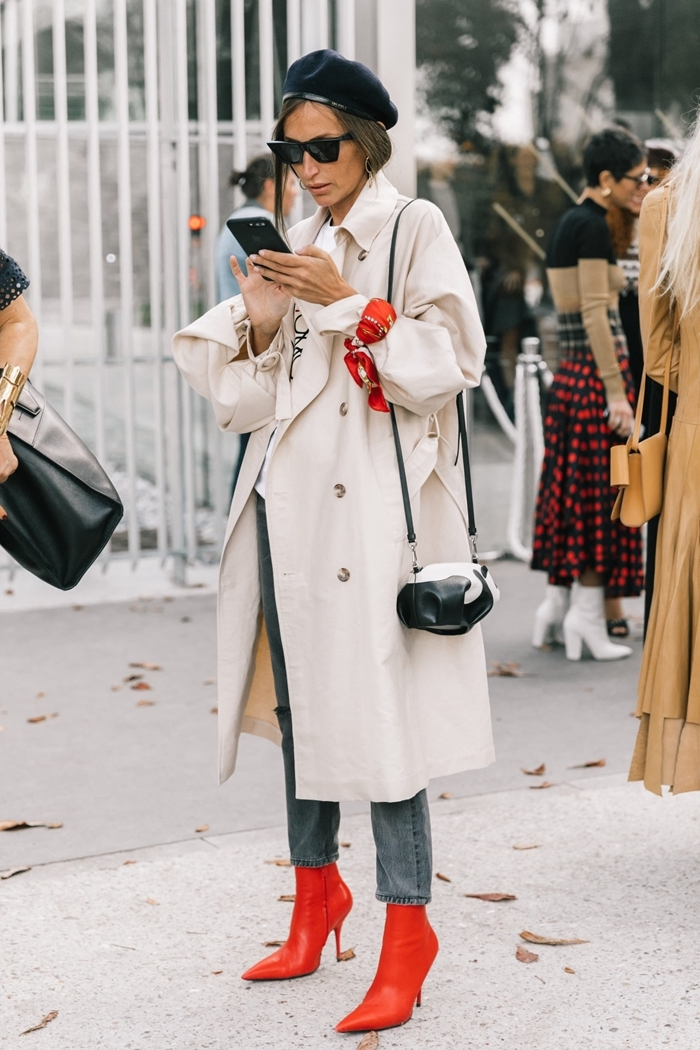 tenue classe femme béret noir bottines cuir rouge jeans femme trench coat blanc lunettes de soleil monture noire