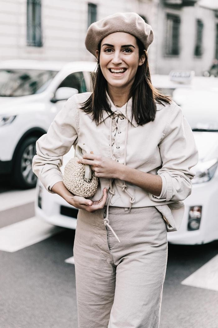 tenue classe femme blouse lacets blanc ivoir béret beige pantalon fluide taille haute beige sac à main tressé