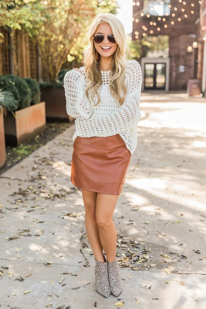 tenue d automne femme casual chic bottines motifs animaliers jupe courte marron cuir taille haute pull tenue stylée femme