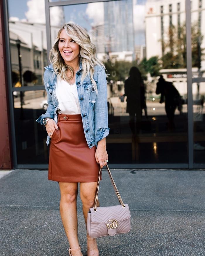 tenue femme chic jupe courte cuir marron pochette débardeur blanc veste en denim sac à main gris chaussures talons