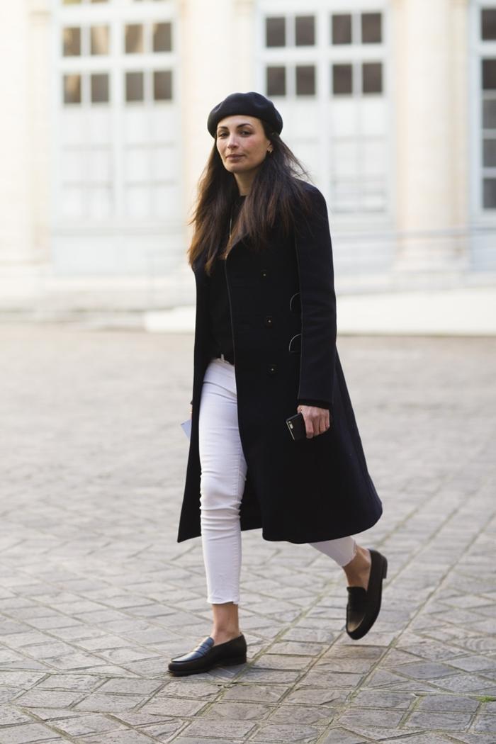tenue femme chic manteau long noir béret pantalon slim blanc blouse noire vêtements blanc et noir femme stylée