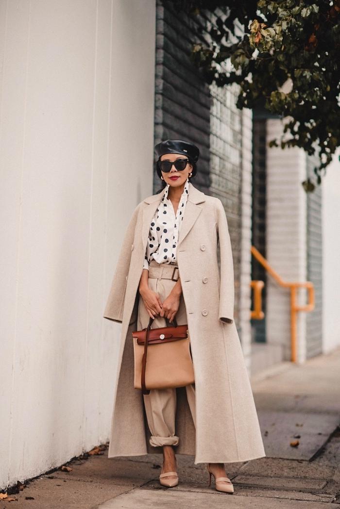tenue femme hiver chaussures talons nude chemise blanche polka dots noirs manteau long beige pantalon taille haute