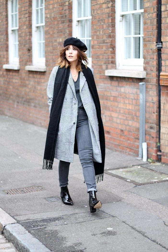 tenue femme hiver pantalon gris blouse décolleté en v gris manteau long gris écharpe longue franges noire béret