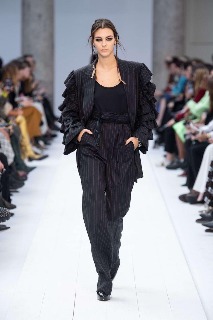 tenue femme hiver style de bureau avec un pantalon et veste larges en noir des tresses pendants
