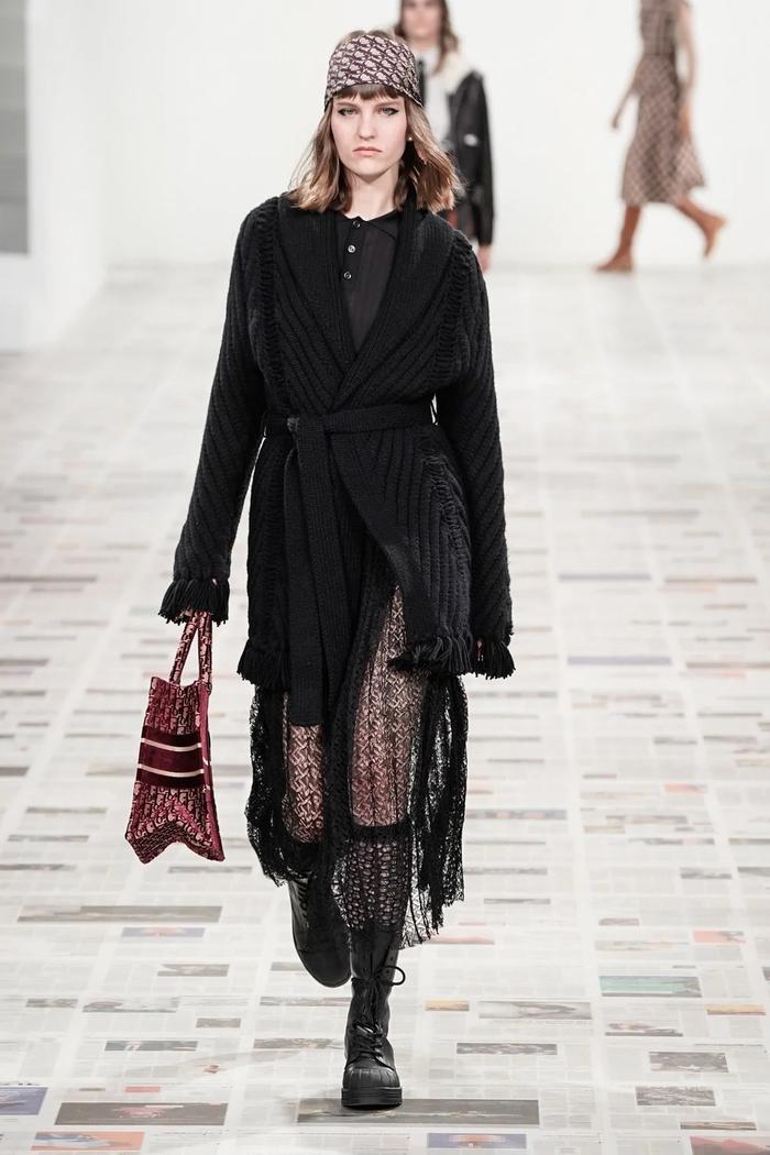 tenue hiver femme mannequin sur le podium en robe transparente et un manteau tricote style annees 70