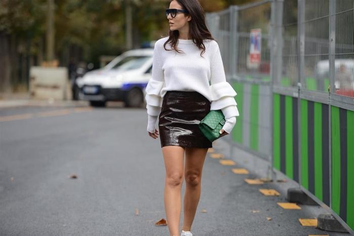 tenue hiver femme pull oversize blanc jupe courte noire taille haute pochette verte lunette baskets blanches