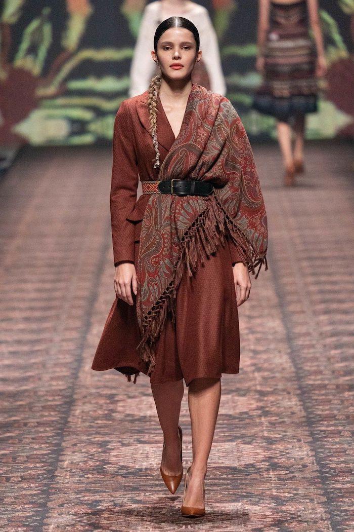 tenue soiree simple look hiver 2021 une femme en rode couleur marron stye les annees 70 ceniture mi taille