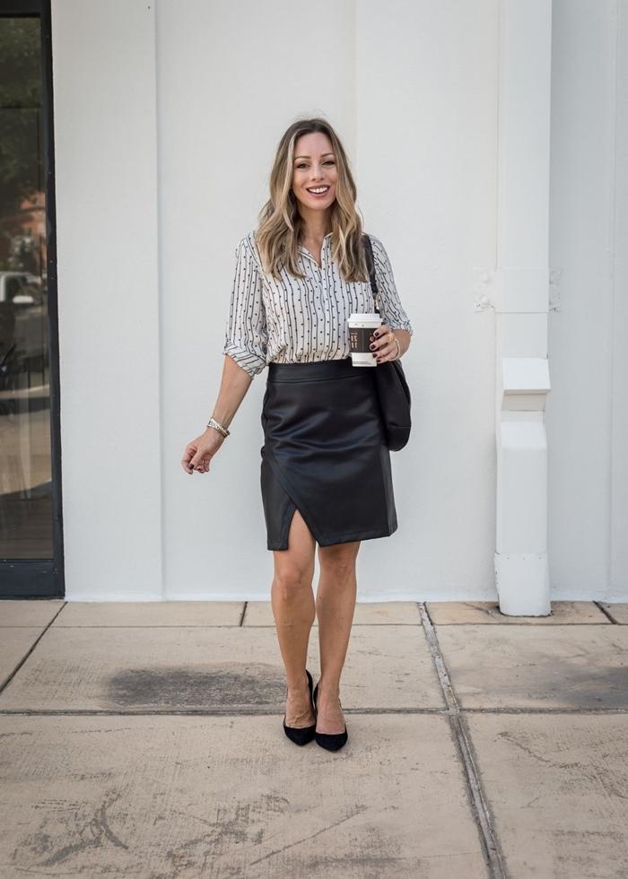 tenue stylée femme style vestimentaire travail jupe fendue cuir longueur genoux chaussures noires chemise blanc et noir
