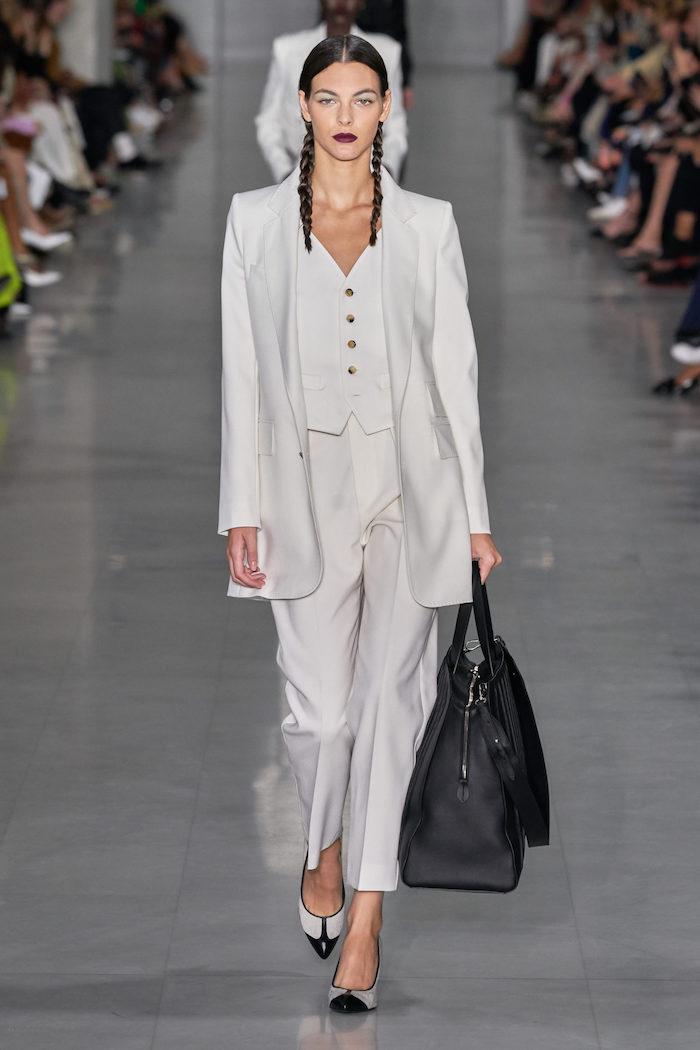 tenue stylee femme tout en blanche style officiel de bureau sc en cuir noir et deux tressess