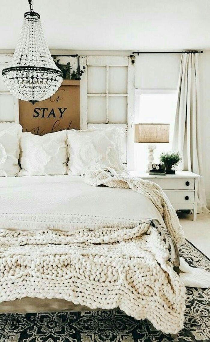 tete de lit en encadrement de porte plaid cocooning à grosses mailles tapis à motifs vintage table de nuit meuble blanc rideaux blancs