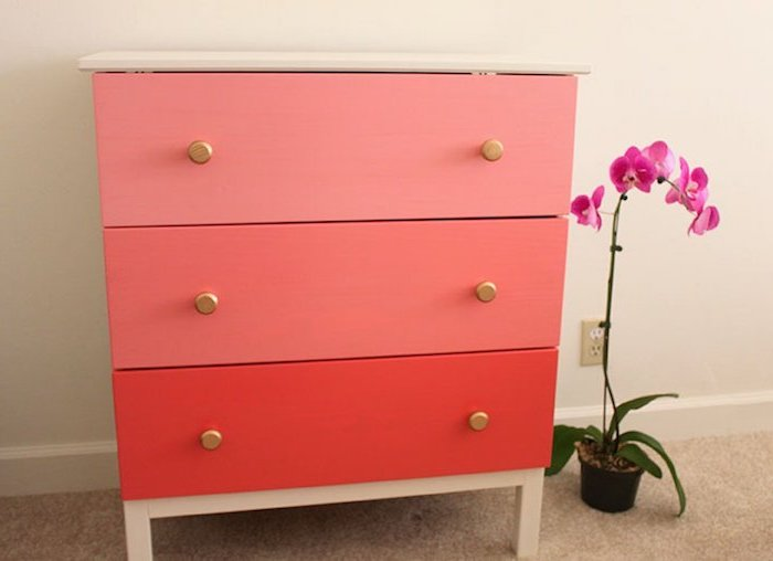 un commode relooke multicolore pres d une orchide couleur pour repeindre un meuble en bois