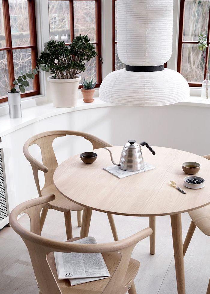 un ensemble de meubles pour la cuisine en bois pres de la fenetre curve des pots a fleurs sur la plinthe