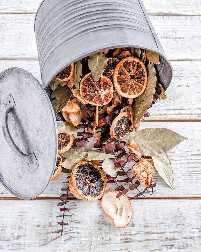 un seau vintage de zinc remplode feuilelsde laurier agrumes fruits et branches séchées fleur deco style campagne chic