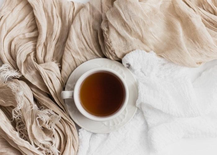 un the dans le lit avec des drapeaux en beige et blanche fond d ecran pale et minimaliste