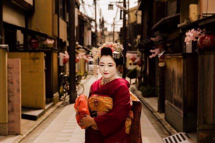une femme dans un costume traditionnel japponnqais dans la rue esthetique multicolre et vibrante