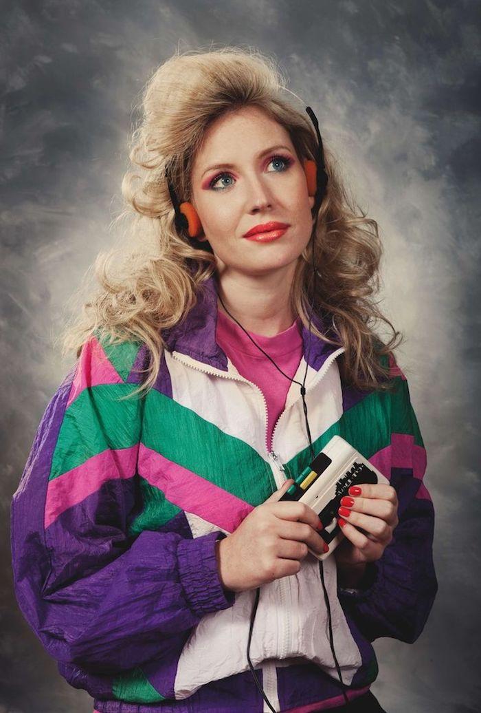 une fille a cehveux blondes avec un walkman et survetement sportif idee de deguisement halloween en style 80