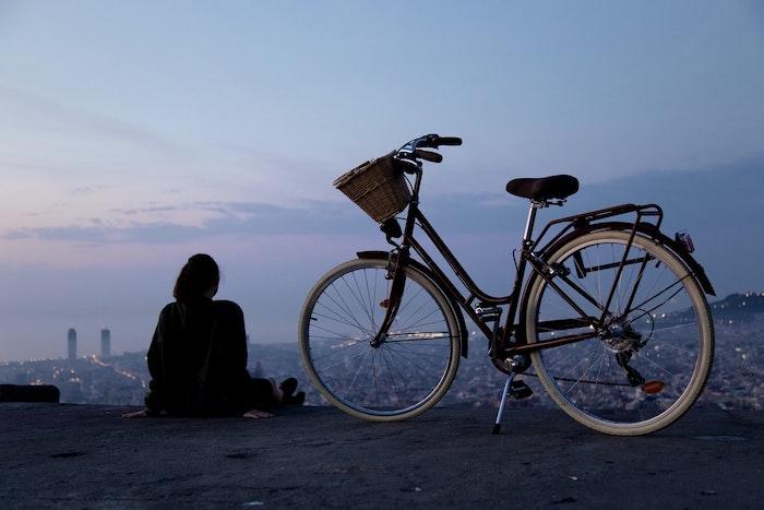 une fille haute sur un colin belle vue vers le cite