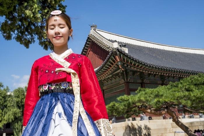 une fille japponnaise devan une monsatere budhiste esthetique vibrante et colore beau fond d ecran
