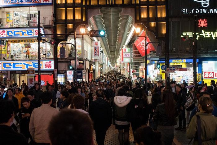 une foule qui fait du shoppings pendant black friday des grandes magasins et centres commerciaux