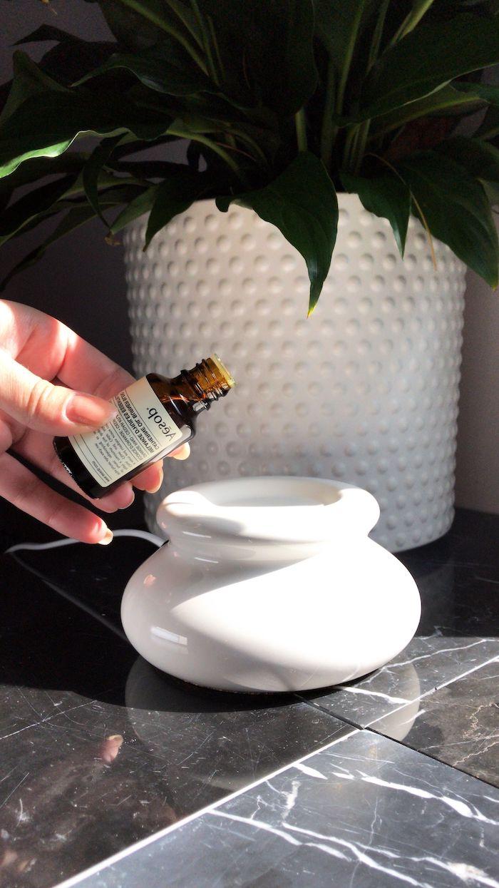 une lampe pour huiles essentielles therapie anti stress avec huile de lavande
