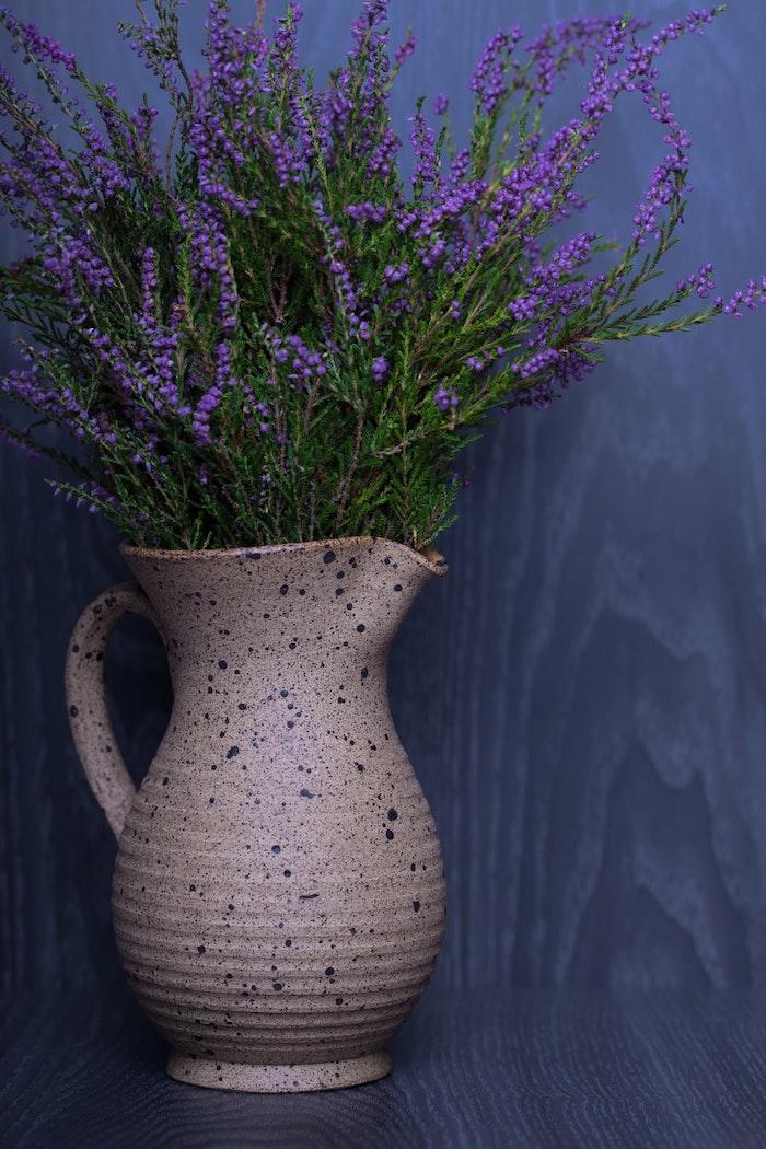une vase a fleurs pleine d un boquet de lavande deco lavande pour la maison coment faire