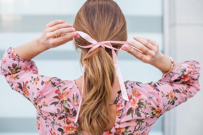 utiliser un ruban pour nouer ses cheveux une femme en chemise rose a fleurs des cheveux en queue de cheval