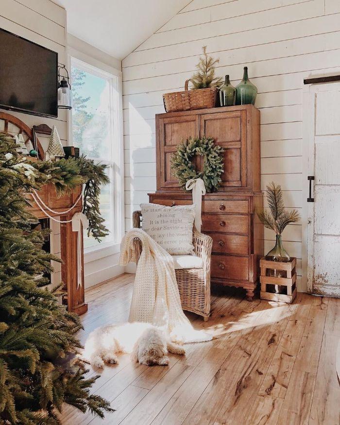 vaisselier bois brut fauteuil tressé decoration de branches de pin parquet bois clair decoration moderne avec meubles anciens