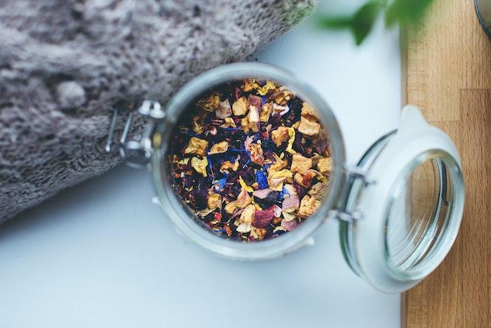 variété de pétales de fleurs aux odeurs variées dans pot en verre hermétique decoration florale odeur naturelle