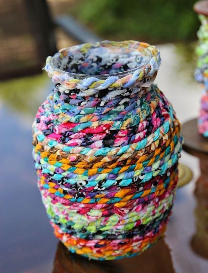 vase décoré de chutes de tissu tressées idée que faire avec de chutes de tissu decoration maison facile, que faire avec des chutes de tissus