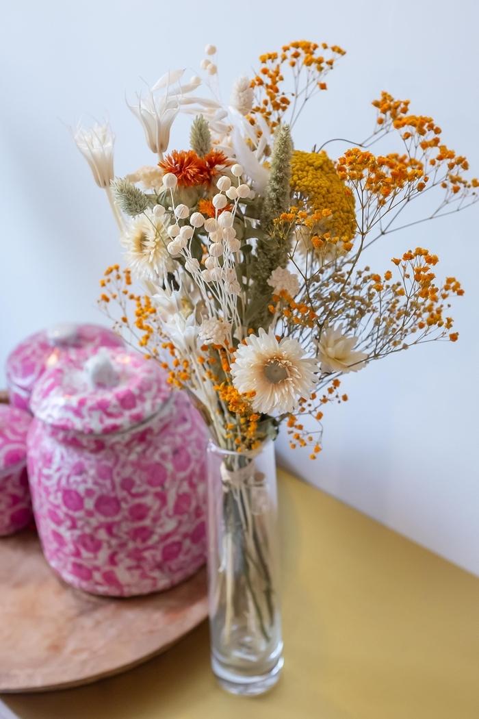 vase verre décoration table bois composition fleurs séchées plateau bois pots céramique motifs floraux roses