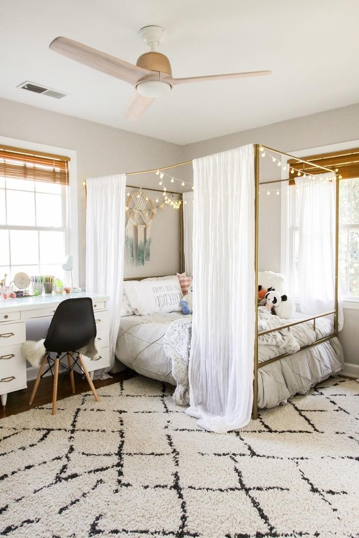 ventilateur de plafond décoration peinture blanche ado chambre cocooning lit baldaquin cadre doré guirlande lumineuse